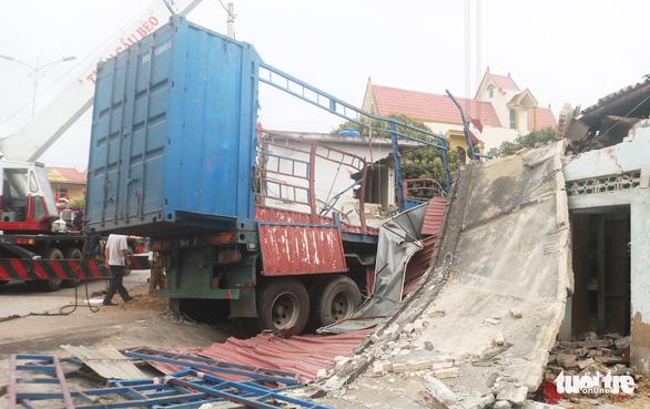 Xe container húc sập ba nhà dân lúc rạng sáng, nhiều người thoát chết - Ảnh 2.