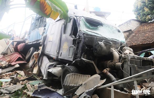 Xe container húc sập ba nhà dân lúc rạng sáng, nhiều người thoát chết - Ảnh 1.