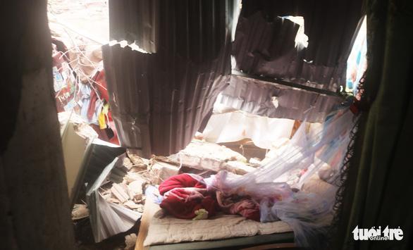 Xe container húc sập ba nhà dân lúc rạng sáng, nhiều người thoát chết - Ảnh 4.
