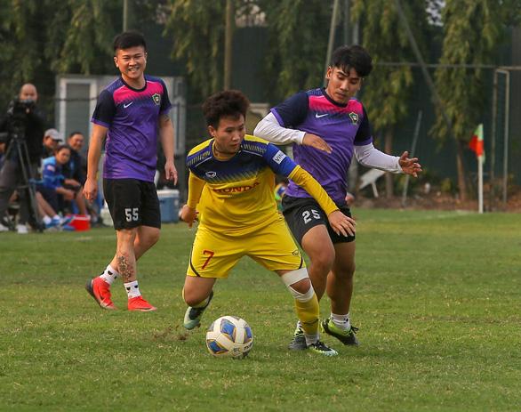HLV Mai Đức Chung loại 3 cầu thủ trước khi sang Úc đá play-off đi Olympic - Ảnh 1.