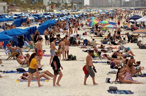 Vẫn tụ tập tiệc tùng, giới trẻ Âu - Mỹ phớt lờ mọi cảnh báo mùa COVID-19 - Ảnh 1.
