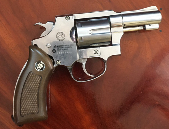 Đi đòi nợ, nhóm thanh niên mang súng bắn thị uy - Ảnh 2.
