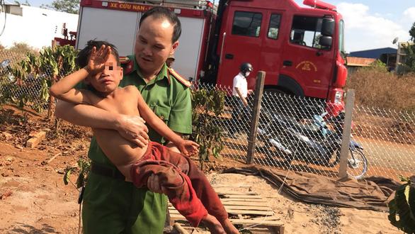 Nghẹt thở giải cứu bé 7 tuổi mắc kẹt trong lõi trụ điện cũ - Ảnh 4.