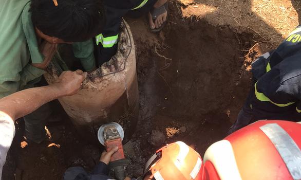 Nghẹt thở giải cứu bé 7 tuổi mắc kẹt trong lõi trụ điện cũ - Ảnh 3.