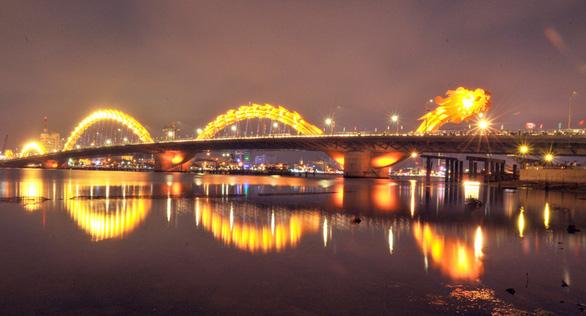 Vắng du khách, Đà Nẵng dừng quay cầu Sông Hàn, không phun lửa cầu Rồng - Ảnh 1.