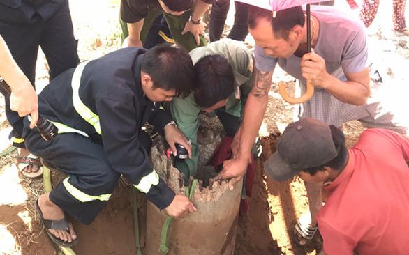 Nghẹt thở giải cứu bé 7 tuổi mắc kẹt trong lõi trụ điện cũ - Ảnh 1.
