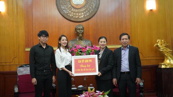 Chi Pu, Tùng Dương, Only C... quyên tiền tỉ, mặc đồ bảo hộ đi làm từ thiện - Ảnh 1.