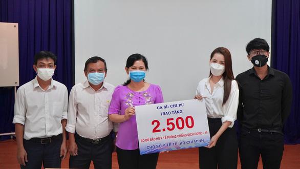 Chi Pu, Tùng Dương, Only C... quyên tiền tỉ, mặc đồ bảo hộ đi làm từ thiện - Ảnh 2.