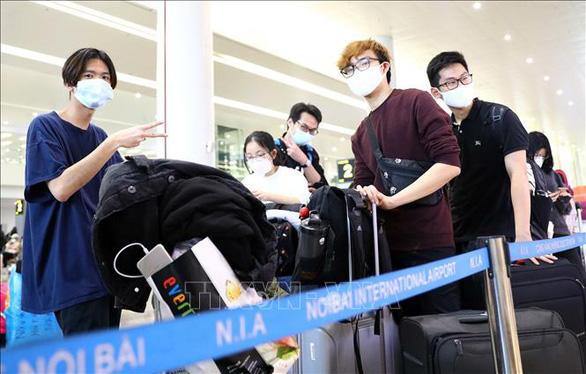 Bộ GD-ĐT khuyến cáo du học sinh cân nhắc rủi ro khi về Việt Nam - Ảnh 1.