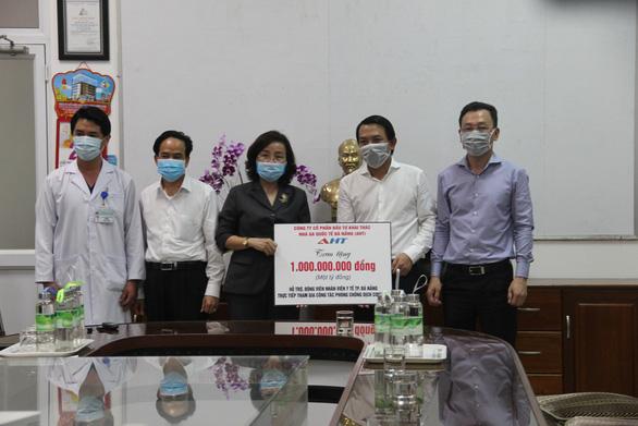 Gặp khó vẫn tặng 1 tỉ đồng cho lực lượng y tế chống dịch ở Đà Nẵng - Ảnh 1.