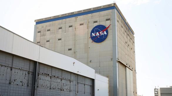NASA đóng cửa cơ sở sản xuất tên lửa vì kỹ sư dính COVID-19 - Ảnh 1.