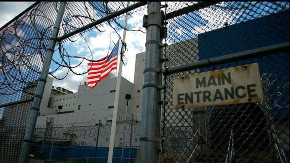 Mỹ thả tù nhân để ngăn chặn COVID-19, cảnh sát bớt bắt tội phạm - Ảnh 1.