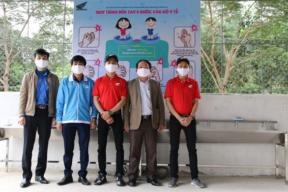 Tặng hệ thống bồn rửa tay cho học sinh vùng khó khăn ở Thanh Hóa - Ảnh 1.