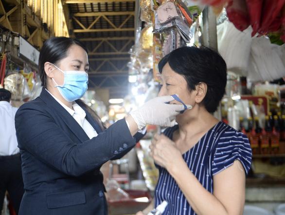 53.000 khẩu trang vải kháng khuẩn miễn phí đến tay công nhân, tiểu thương - Ảnh 1.
