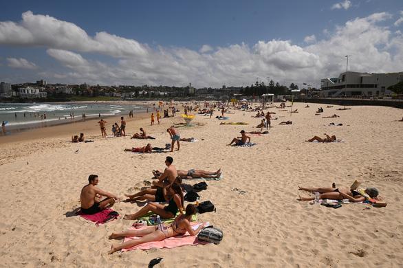 Hơn 1.000 ca nhiễm, Úc đóng cửa nhiều bãi biển - Ảnh 1.