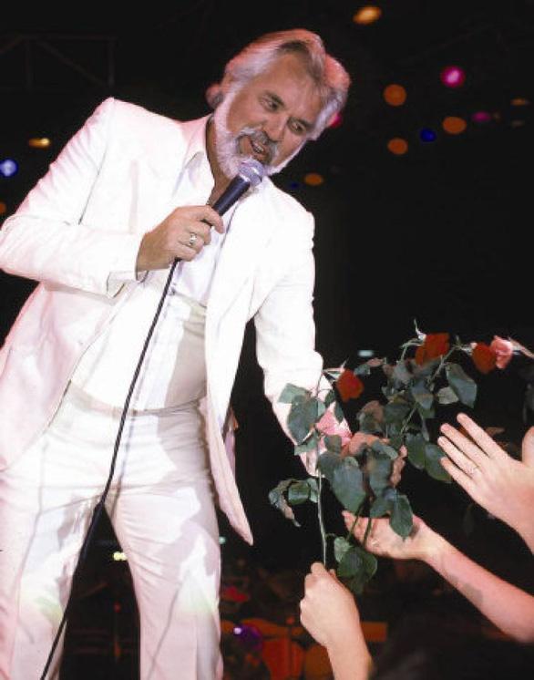 Huyền thoại nhạc đồng quê Kenny Rogers qua đời - Ảnh 7.