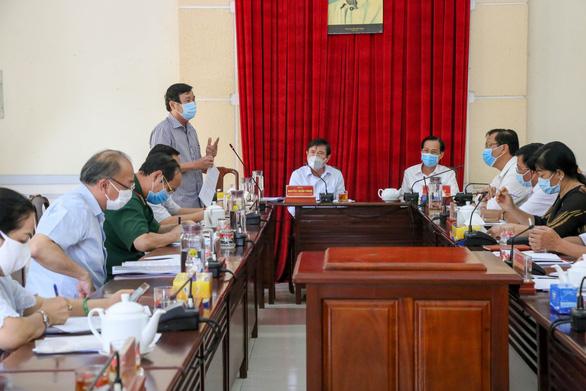 Chủ tịch TP.HCM yêu cầu cung ứng đúng loại thực phẩm cho người Chăm đang cách ly - Ảnh 2.