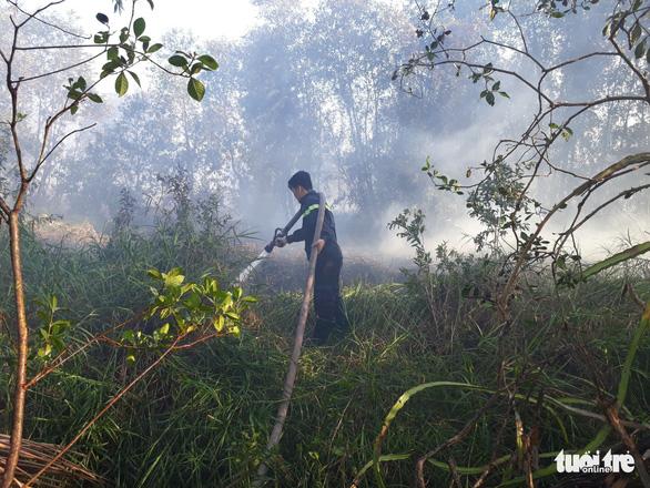 Cháy lớn tại bãi cỏ và vườn tràm khói mù mịt bao trùm cả khu vực - Ảnh 6.