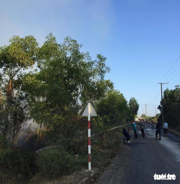 Cháy lớn tại bãi cỏ và vườn tràm khói mù mịt bao trùm cả khu vực - Ảnh 5.