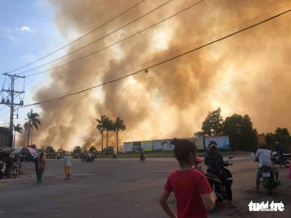 Cháy lớn tại bãi cỏ và vườn tràm khói mù mịt bao trùm cả khu vực - Ảnh 2.