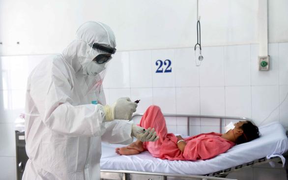 Bảo vệ nhân viên y tế ra sao để khỏi lây nhiễm corona? - Ảnh 1.