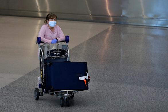 Cứ 4 người Mỹ có 1 người phải ở nhà vì dịch COVID-19 - Ảnh 1.