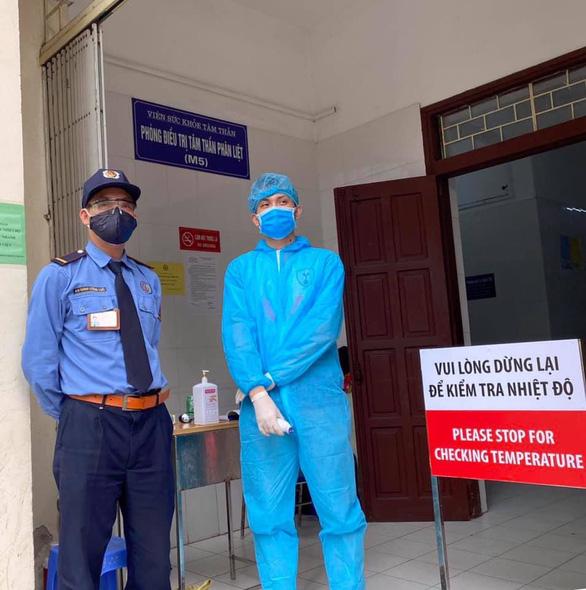 Bệnh viện Bạch Mai dừng khám theo yêu cầu sau 2 điều dưỡng nhiễm virus corona - Ảnh 1.