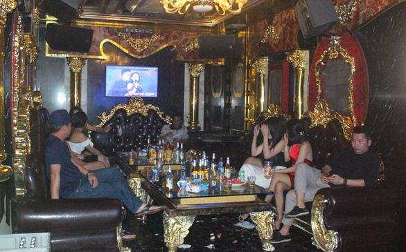 Có lệnh tạm dừng, tụ điểm karaoke vẫn cho nhân viên say sưa hát với khách - Ảnh 1.