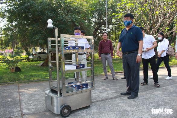 Thầy trò chế tạo robot phục vụ người cách ly vì dịch COVID-19 - Ảnh 1.
