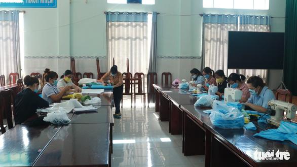 Trung tâm y tế may khẩu trang cho nhân viên, tặng bệnh nhân - Ảnh 1.