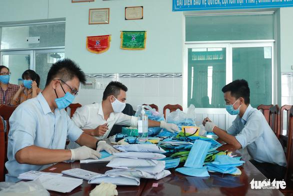 Trung tâm y tế may khẩu trang cho nhân viên, tặng bệnh nhân - Ảnh 6.
