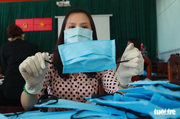 Trung tâm y tế may khẩu trang cho nhân viên, tặng bệnh nhân - Ảnh 7.