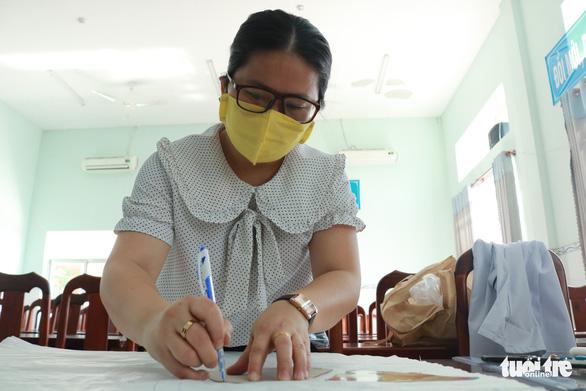 Trung tâm y tế may khẩu trang cho nhân viên, tặng bệnh nhân - Ảnh 3.