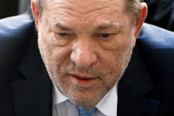 Ông trùm điện ảnh Harvey Weinstein bị cách ly trong tù vì COVID-19 - Ảnh 2.