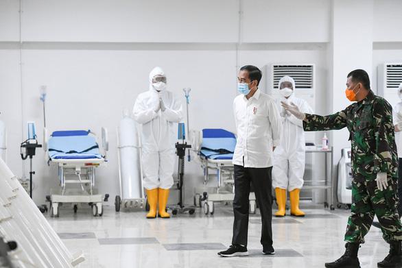 Indonesia thưởng cho y bác sĩ để khuyến khích chống dịch COVID-19 - Ảnh 1.