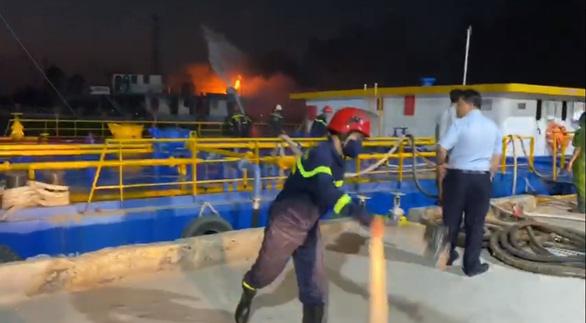 Cháy tàu chở dầu trên sông Đồng Nai, một người mất tích - Ảnh 1.