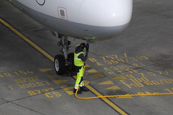 COVID-19: Máy bay sụp đổ khiến xăng... hết chỗ chứa - Ảnh 1.