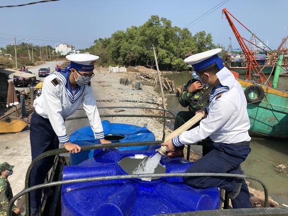 Hải quân cung cấp gần 5 triệu lít nước sinh hoạt cho dân vùng hạn mặn - Ảnh 1.
