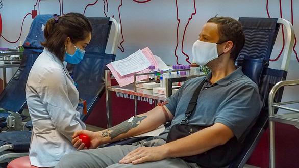 Mùa dịch, thầy giáo Mỹ Tandy vẫn đi hiến máu cho người bệnh Việt Nam - Ảnh 1.