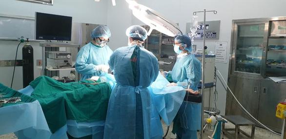 Mổ ruột thừa cấp cứu cho bệnh nhân trong khu cách ly COVID-19 - Ảnh 1.