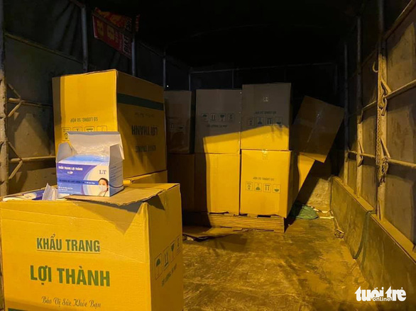 Bắt xe tải chở 50.000 khẩu trang không rõ nguồn gốc xuất xứ - Ảnh 1.