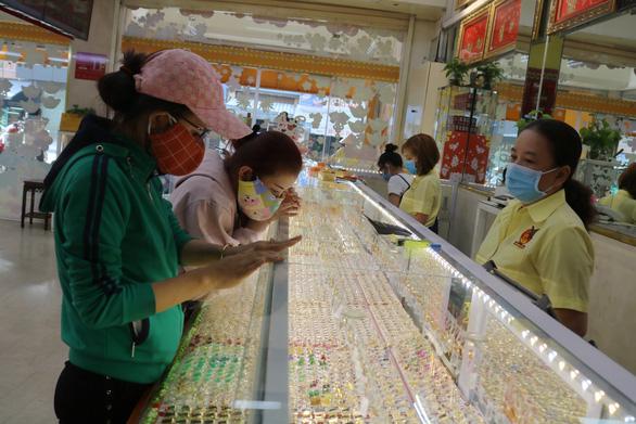 Giá vàng nhẫn thấp hơn giá vàng miếng gần 2 triệu đồng/lượng - Ảnh 1.