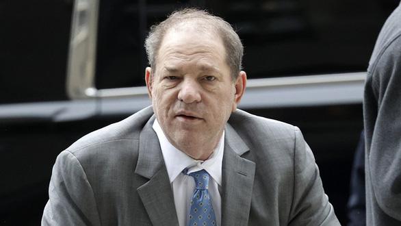 Ông trùm điện ảnh Harvey Weinstein bị cách ly trong tù vì COVID-19 - Ảnh 1.