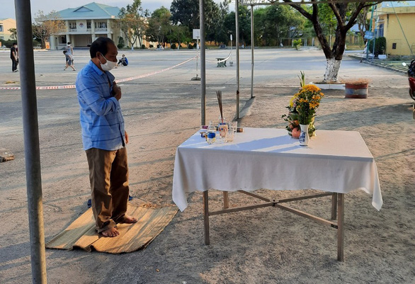 Người đàn ông lập bàn thờ, chịu tang cha ở khu cách ly - Ảnh 1.