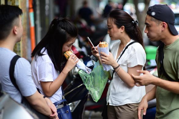 Hàng loạt tiệm bánh mì khuyến mãi nhân tuần lễ Tôi yêu bánh mì Sài Gòn - Ảnh 4.
