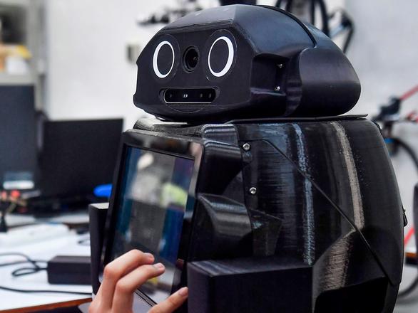 Y tá robot giúp bác sĩ thăm khám bệnh nhân COVID-19 - Ảnh 2.