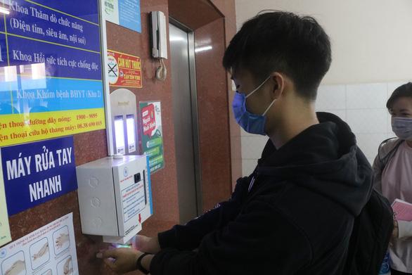 Bệnh viện tự chế máy rửa tay có hệ thống cảm biến tự động - Ảnh 2.