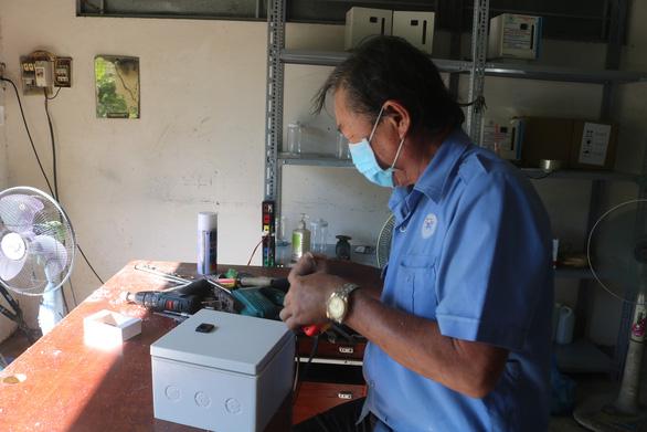 Bệnh viện tự chế máy rửa tay có hệ thống cảm biến tự động - Ảnh 3.