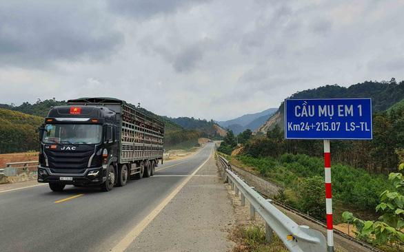 Xe chạy ào ào trên đường cao tốc đang thi công - Ảnh 1.