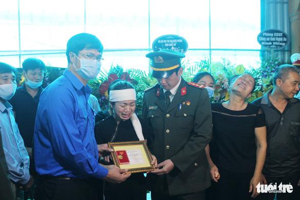 Truy tặng huy hiệu Tuổi trẻ dũng cảm cho chiến sĩ hi sinh khi đánh án ma túy - Ảnh 1.